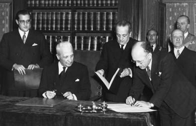 Il momento della firma della Costituzione Italiana